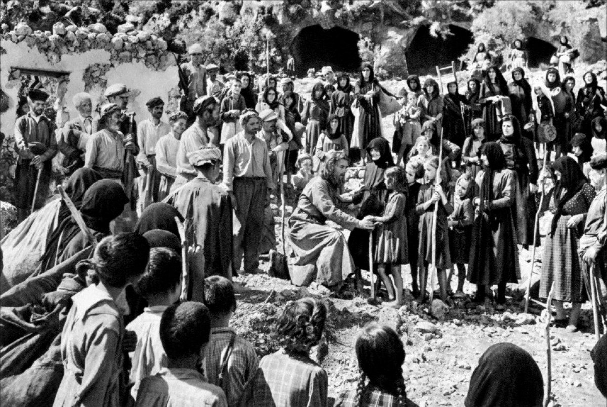 """Στο """"Ο Χριστός ξανασταυρώνεται"""" του Καζαντζάκη, ο παπα-Γρηγόρης διώχνει από το χωριό του τον παπα-Φώτη και τους πρόσφυγές του γιατί κουβαλούν αρρώστιες."""